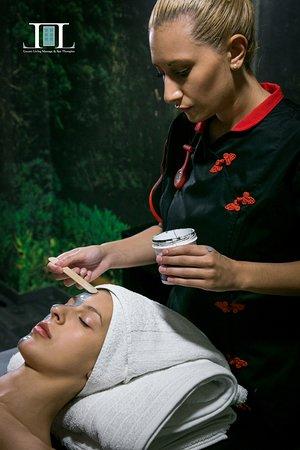 BEAUTY TREATMENT – ΘΕΡΑΠΕΙΑ ΟΜΟΡΦΙΑΣ  Μια περιποίηση προσώπου είναι ουσιαστικά μια πολυβάθμια θεραπεία  και είναι ένας από τους καλύτερους τρόπους για να φροντίσετε το δέρμα σας. Το πρόσωπο καθαρίζει , θρέφει το δέρμα αφήνοντας μια ενυδατωμένη επιδερμίδα που μπορεί να βοηθήσει στο να φαίνεστε νεότερη και λαμπερή. Ένα πρόσωπο φαίνεται υγιές  όταν είναι μέρος ενός συνεχούς προγράμματος φροντίδας του δέρματος.