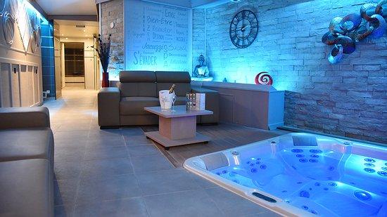 Bourg-et-Comin, France: Spa intérieur comprenant : un jacuzzi de 5 places face à un écran géant, un sauna finlandais et un hammam ainsi qu'un salon de repos.