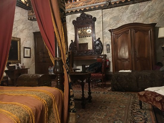 Chateau de Mauriac: Notre chambre, mais la photo ne lui rend pas hommage