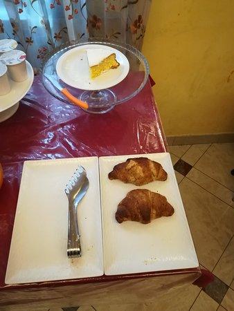 desayuno de 7:30 a10:00, a las 8am para 3 personas,2 croisant integrales y un trozo de bizcocho duro