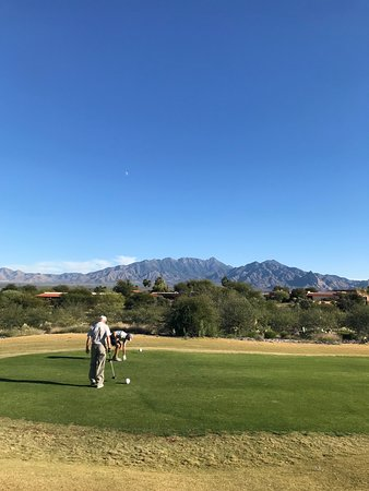 Green Valley, AZ: Gorgeous back drop; for Nov. the temps were great.