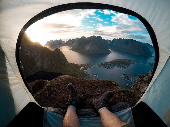 Лофотенские острова, Норвегия: Gone exploring. 🏔 Leorent Kelmendi woke up overlooking the outdoor opportunities at his feet from his campsite above the Lofoten Islands in #Norway. 👣