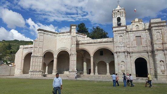 San Pedro y San Pablo Teposcolula Oaxaca Asombrate con la capilla abierta más grande de México. Vive este maravilloso pueblo donde se fusiona la arquitectura antigua y la virreinal, un lugar único e inolvidable que simboliza el origen del mestizaje en México.