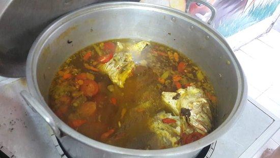 "Warung Sederhana Bojonegoro ""Bu Pasmi"": Sop kepala ikan..."