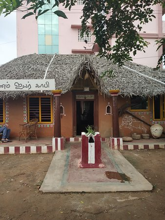 Thanjavur District, Индия: Idthu namma ooru idly - a traditional look highway motel -  most expected kumbakonam style filter coffee with orginal taste & all traditional foods like suiyam,  elanir payasam,  are some of the example restaurant is filled with all types olden things like ural,  lantern lamps,  i would say this is a good try