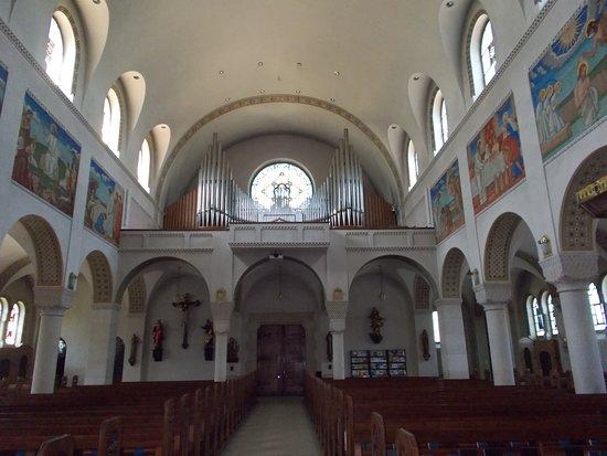 Pfarrkirche St Johannes: L'interno della Chiesa con i murales.