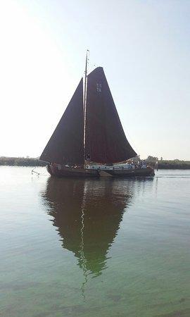 Aalsmeer, Holland: De Nooit Volmaakt vaart hier in de Ringvaart van de Haarlemmermeer.