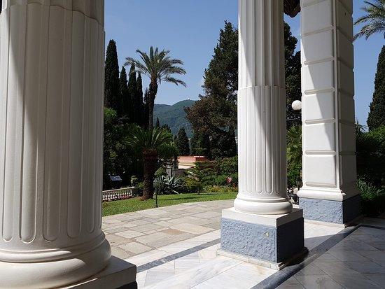 Αχίλλειο, Ελλάδα: Neoklasyczny pałac z XIX wieku, z wnętrzem inspirowanym postacią Achillesa oraz ogrodami z widokiem na morze.