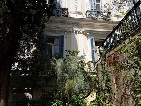 Achilleio, Grecja: Neoklasyczny pałac z XIX wieku, z wnętrzem inspirowanym postacią Achillesa oraz ogrodami z widokiem na morze.