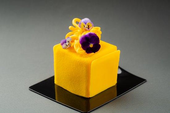 Десерт №2: бисквит с карамелизированным бананом, банановый крем, манго-личи конфи, кокосовый мусс