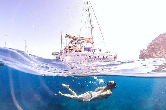 私人双体船在圣托里尼航行与烧烤餐和饮料
