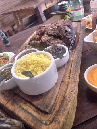 Emporio Gastronomico - Carnes Especiais e Delicatessen: Picanha com farofa de manteiga, chimichurri e cebola caramelizada.