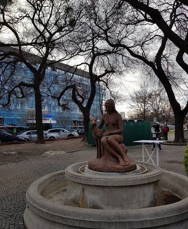 Fontain Girl With a Deer: Nice statue