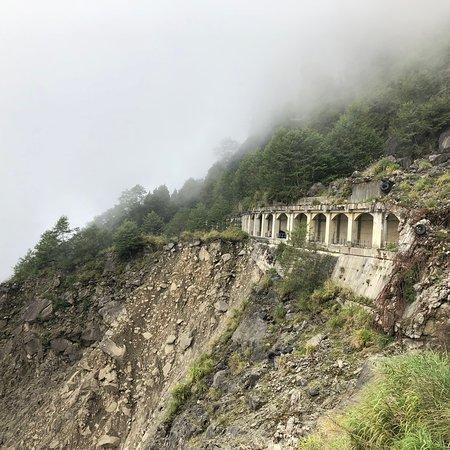 อาหลี่ซาน , เขตเจียอี้ : 深埋在阿里山內地的眠月線,是早期的火車軌道,然而921大地震後卻無法復原行駛,成為現在天然而又乏人問津的秘境之一,途經一個較危險的坍崩地段,然候非常美麗的隧道鐵軌,共有約24個鐵橋與隧道。但要注意鐵道長年失修有腐蝕的狀況。