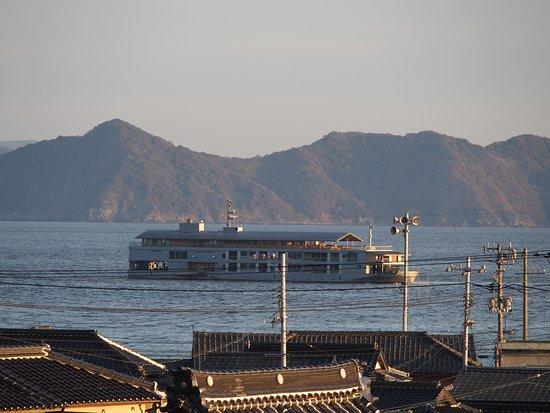 Onomichi, Japan: 小さな島に上陸して、船外体験していると、目の前をguntuがゆっくりと通り過ぎていきました。