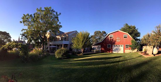 Sherrill, IA: The view of the Inn and barn from the garden