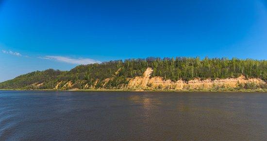 Nizhny Novgorod Oblast, Russie : Чубаловское обнажение На протяжении половины километра можно наблюдать свисающие карнизы преимущественно известняковых пород, а в глубоких оврагах бежит ручей с чистой водой.