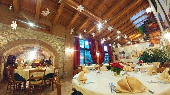 Chiuppano, Italy: Il salone con i tavoli rotondi si presta per eventi quali cene aziendali o ricorrenze.