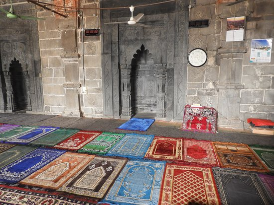 Naogaon, Bangladesch: Some of the colourful interior rugs