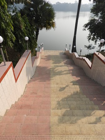 Naogaon, Bangladesch: The stairs to the bathing area