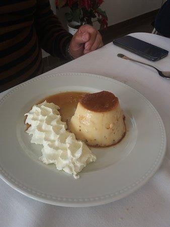 Periana, España: flan con nata... tamaño XXL, sabor a casero y la nata muy gustosa...