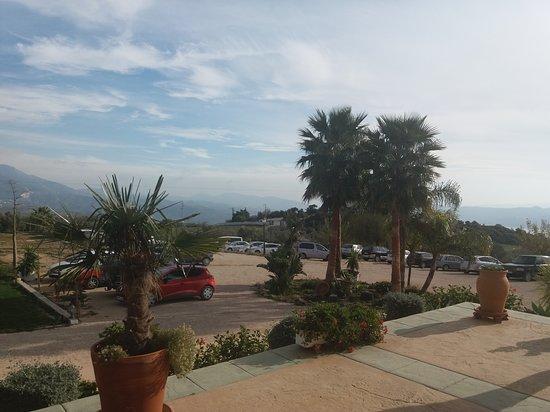 Periana, España: Vistas del parking desde la terraza del restaurante