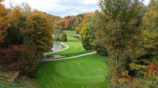 Pickering, Canada: Overlooking the 18th Green, looking down the fairway to the tee box in the distance at 4 Seasons Country Club.