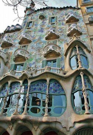 La Casa Batlló es una de las principales joyas arquitectónicas del modernismo de Gaudí que no debes dejar de visitar en Barcelona