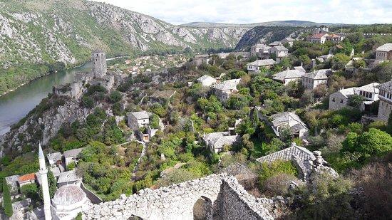 o bonito vale de Pocitelj com o rio Neretva.