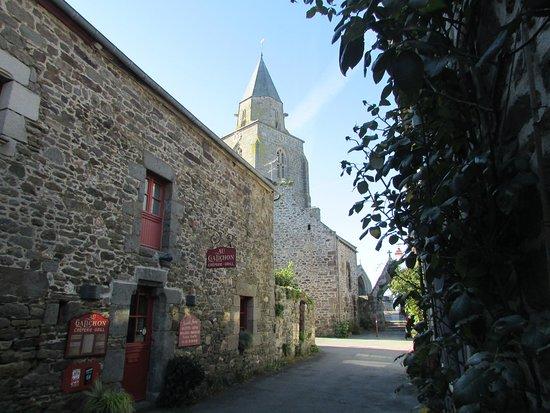 St Suliac, France: En harmonie architecturale