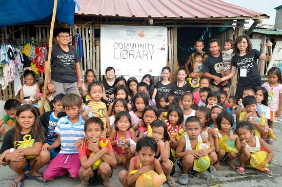 Metro Manila, Φιλιππίνες: This years (2018) Chrismas activity in the Community Library you will visit during our Slum Tour in Baseco.