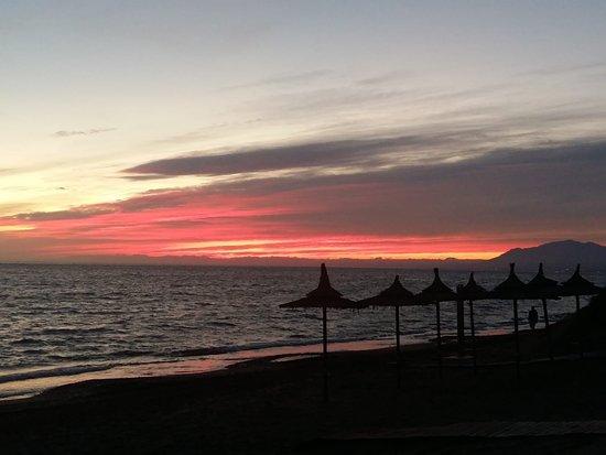Марбелья, Испания: Y así son los atardeceres en Marbella en diciembre. Este año el invierno se ha olvidado de nosotros.