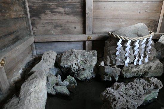 三井寺の名前の由来になった閼伽井屋の三井の霊泉。この井戸が天智 ...