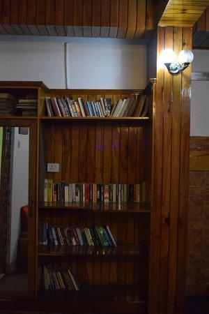 Bo-Ville Homestay: Living room Library