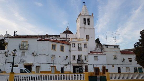 Вид на церковь со стороны площади
