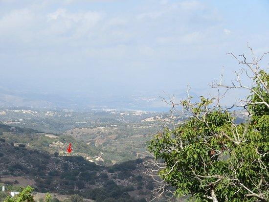 Kaloniktis, Grecia: Ansicht vom übernächsten Berg Hang gegenüber vom Dorf Ano Valsamonero aus