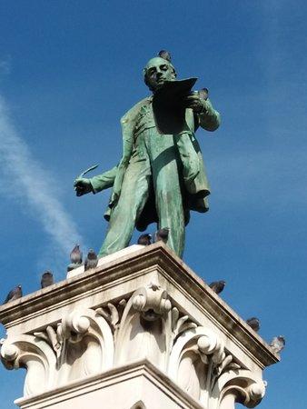 Monumento em homenagem a Joaquim Antonio de Aguiar