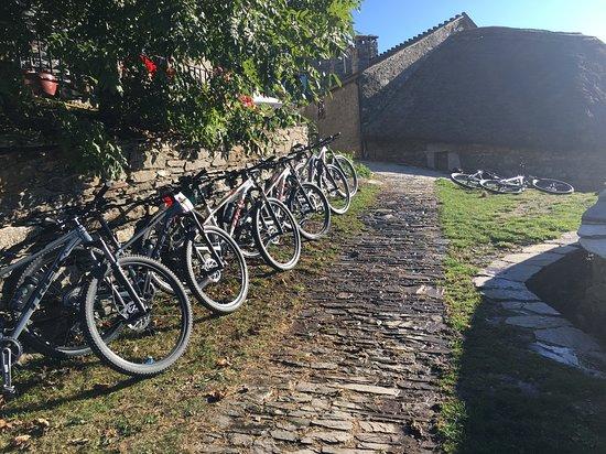 León, Espagne : Las bicicletas limpias y revisadas antes de salir en cada etapa