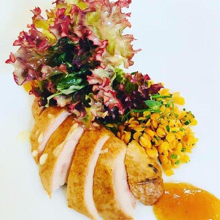 Spangenberg, Germany: Brust von geräucherter Wachtel dünn aufgeschnitten & als Fächer gelegt Sauce von Kumquats marinierte Linsen Salat-Bouquet in Vinaigrette