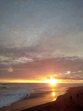 Parangtritis, Индонезия: Jangan lewatkan kesempatan melihat sunset di pantai Cemara Sewu. Anda bisa duduk sambil memandang matahari tenggelam dari atas.