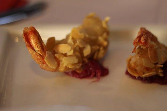Favolosi gamberi in crosta di mandorle con marmellata di cipolla rossa 😋  #italianfood #campodefiori #hosteriadeibaullari #fish #shrimps