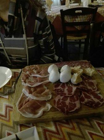 Siano, Italie : Antipasto misto con crudo di Parma doppia corona stagionato 24 mesi, bocconcini di bufala.