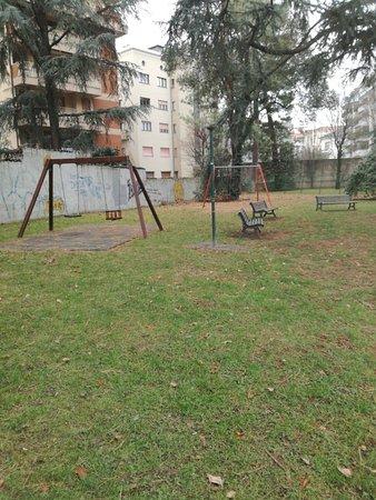 Busto Arsizio, Italy: Potrebbe essere un pó più pulito, pieno di foglie