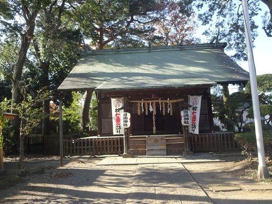 Suginami, Japan: 木々に囲まれた中にある。