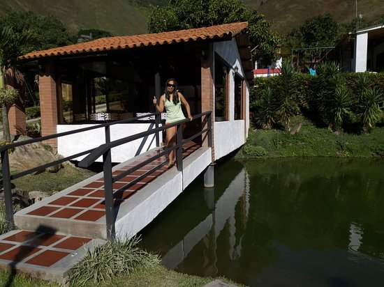 Caripe, Venezuela: una capilla que da al lago.