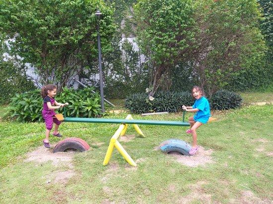 Caripe, Venezuela: parque un momento de diversión para las niñas.
