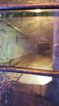 הקארדו: Se pueden ver las paredes originales como siguen metros y metros hacia abajo.