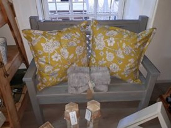 Napier, Republika Południowej Afryki: Beautiful handmade scatter cushions and handcrafted wooden benches.