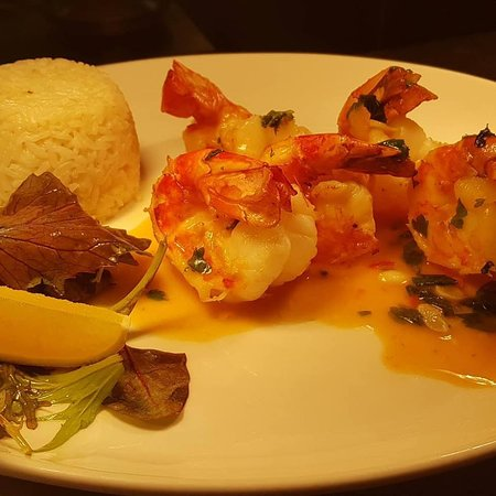Sunningdale, UK: Garlic king prawns with white rice.