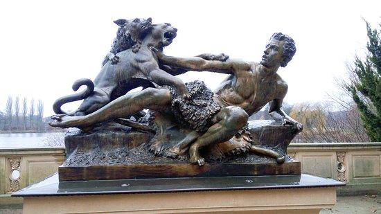 """Bronzestatue """"Schäfer und Hund von einem Panther angefallen"""""""